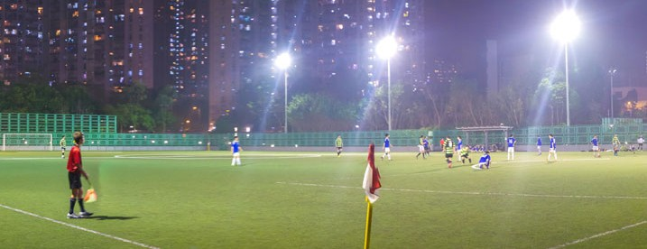 夜間足球 Nighttime Football (Soccer) by See-ming Lee [CC BY 2.0], via Flickr.